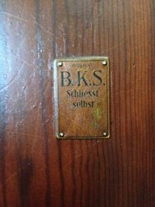 Auch das Schild an einer Tür wurde erhalten.