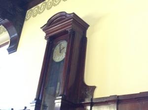 Eine Uhr im historischen Ratssaal.